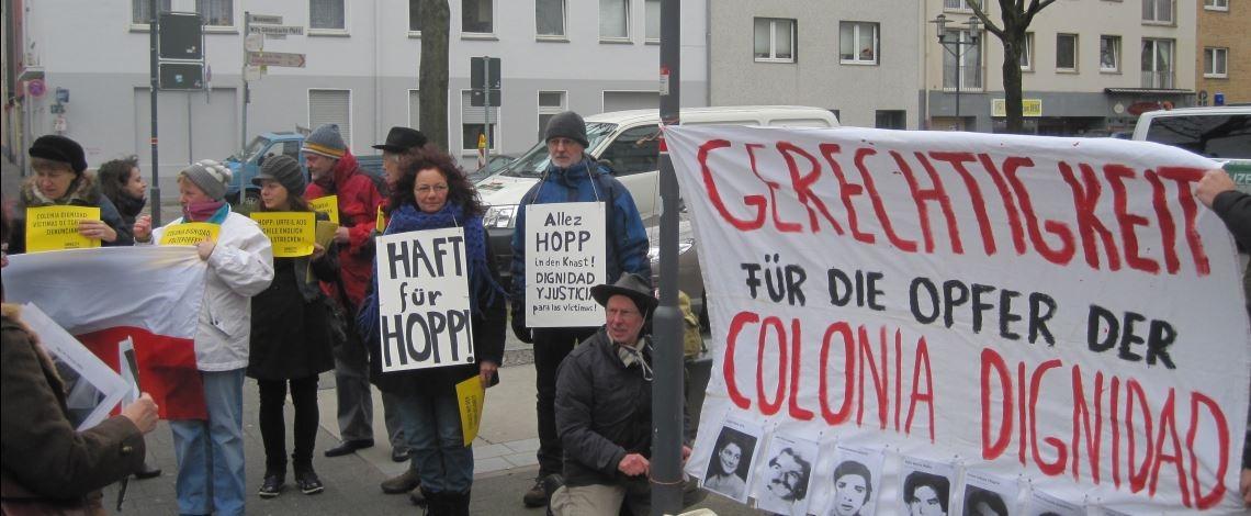 Proteste gegen den Sektenarzt Hartmut Hopp in Krefeld, März 2013