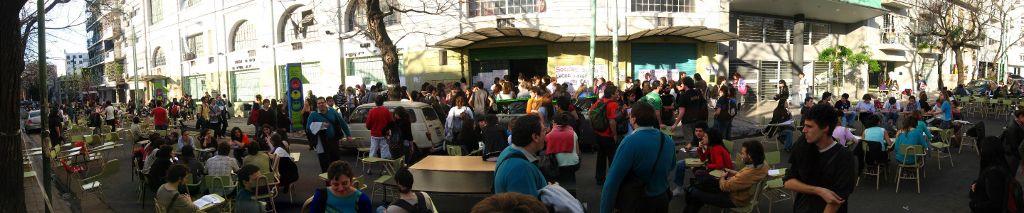 Foto von Manuel Gastaminza: Seminar auf der Straße vor der Tür der Sozialwissenschaftlichen Fakultät der Universität Buenos Aires, im Parque Centenario