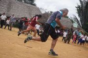 Buen Vivir (Das gute Leben) darf auch sportlich sein und Spaß machen: Wettlauf zwischen Jose und Pater Fernando / Foto: pororoca.red