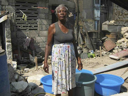 Frau in einem Camp in Haiti (Foto: Archiv, 2011, digital democracy, CC BY-NC-SA 2.0, flickr