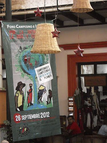 Plakat des Via Campesina-Forums in Chiapas (2012) / Foto: Bilizur (copyright)