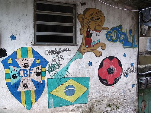 Fussball-Graffiti in der Rocinha / Charlie Phillips, flickr