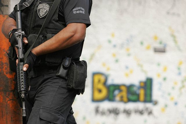 Brasilien Polizist mit-Gewehr  Andréa Farias CC BY-SA 2.0 flickr