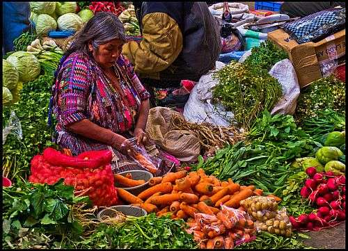 Wohl eher ohne Sozialversicherung und Altersrente: Gemüsehändlerin auf dem Markt in Chichicastenango, Guatemala / Foto: GuillenPerez, CC BY-ND 2.0, flickr