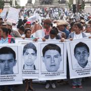 Massenkundgebung zum ersten Jahrestag des gewaltsamen Verschwindenlassens der 43 mexikanischen Studenten