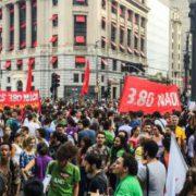 Tausende demonstrieren gegen Fahrpreiserhöhung