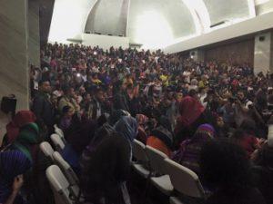 """Die Anwesenden im Gerichtssaal applaudierten nach der Urteilsverkündung und riefen """"Gerechtigkeit"""". Foto: Amerika21/Facebook"""