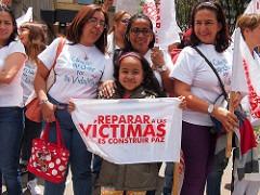 """""""Die Opfer zu entschädigen bedeutet, Frieden zu schaffen"""", betont dieses Mädchen auf einer Demonstration am 8. März 2015. Foto: Flickr/Juan Carlos Pachón (CC BY-SA 2.0)"""