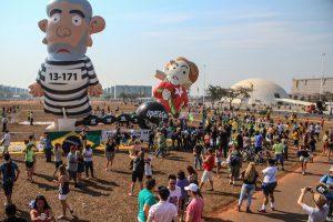 Aufblasbare Politiker sind im Karnevalsland Brasilien besonders beliebt, wie hier auf einer Demonstration in Brasilia. Foto: Flickr/Ninja Midia (CC BY-NC-SA 2.0)