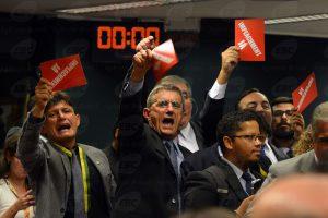 Brasília - Es ging hoch her am Ende der Sitzung der Kommission, die über ein Amtsenthebungsverfahren gegen Dilma Rousseff debattiert. Foto: Fabio Rodrigues Pozzebom/Agência Brasil