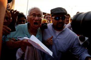 Bei seiner Ankunft in El Salvador wurde der ehemalige salvadorianische Verteidigungsminister José Guillermo García von den Protesten der Aktivist*innen und empörten Familienangehörigen der Opfer des Bürgerkriegs empfangen. Foto: Adital