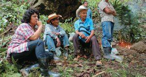 Berta Cáceres mit Campesinos. Foto: Desinformémonos