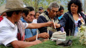 Hier trauert Berta Cáceres noch um ermordete Mitstreiter*innen. Nun wurde sie selbst ermordet. Foto: Amerika21/Globalwitness.org