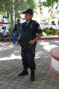 Polizist mit G 36 in Tixtla, Bundesstaat Guerrero. Foto: Wolf-Dieter Vogel