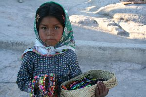 Ein Tarahumara-Mädchen verkauft Schmuck an der Barranca del Cobre. Foto: Tabea Huth - German Wikipedia (CC BY-SA 3.0)