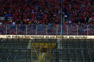 """""""Ein Volk ohne Erinnerung ist ein Volk ohne Zukunft"""" - Schriftzug im Estadio Nacional in Santiago"""