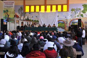 Teilnehmer folgen dem Podium (Encuentro Mesoamericano contra la Minería) Copyright 2013 - Knut Hildebrandt