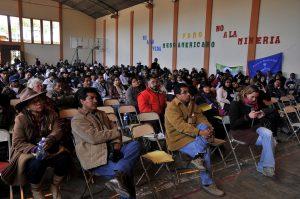 Teilnehmer folgen dem Podium (Encuentro Mesoamericano contra la Minería) / Copyright 2013 - Knut Hildebrandt