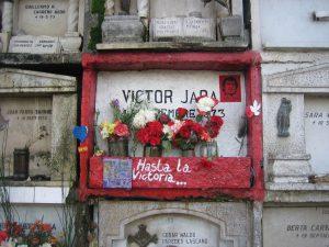 Die schlichte frühere Grabnische Victor Jaras auf dem Cementerio General. Foto: Wikipedia