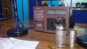 Die Radiokabine von RAdio Tuun Nuu Savi mit mit Granaten und Patronenhülsen, die in Nochixtlán abgefeuert wurden / Foto: Philipp Gerber