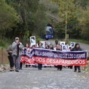 Angehörige von Verschwundenen protestieren vor Colonia Dignidad - Foto: FDCL, CC-BY-ND-3.0