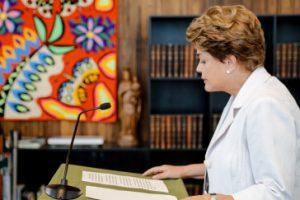 """""""Amtsenthebung wäre ein Angriff auf die Demokratie"""". Dilma Rousseff während ihrer Erklärung an die Bevölkerung Quelle: Amerika21/Roberto Stuckert Filho/PR Lizenz: CC by-nc 2.0"""