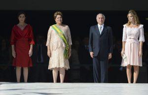 Ein Bild, welches nie mehr möglich sein wird: Die gestürzte Präsidentin Rousseff, am 1. Januar 2015 bei der Einführung zu ihrer zweiten Amtszeit. Rechts von ihr, schon in Lauerstellung, der präsident anstelle der Präsidentin, Michel Temer. mit seiner Ehefrau Marcela, einer Anwältin und ehemaligen Schönheitskönigin. Foto: José Cruz/Agencia Brasil (CC BY 3.0 br)