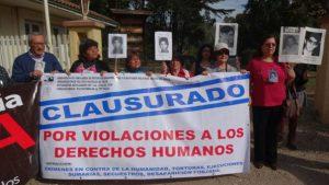 Protest am Eingangstor der ehemaligen Colonia Dignidad. Foto: AFDD Talca