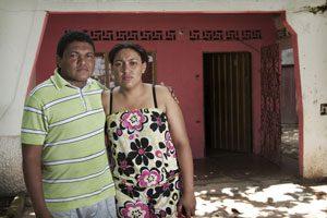 Maira Méndez mit ihrem Bruder. Ihr Vater wurde 2001 von Paramilitärs erschossen. Foto: Pax