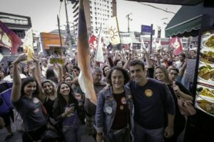 """Grund zu feiern: Marcelo Freixo (rechts im Bild) von der Partei """"Sozialismus und Freiheit"""" kommt in Rio de Janeiro in die Stichwahl. Insgesamt geht die PSOL mit Zugewinnen gestärkt aus den Kommunalwahlen hervor. Foto: Amerika21/psol50.org.br"""