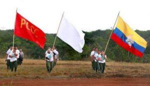 Drei Fahnen bei der 10. Guerillakonferenz: die der verbotenen kommunistischen Partei, die Friedens- und die Farc-Fahne / Foto:  twitter.com