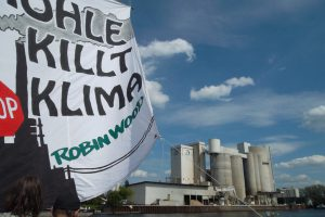 Protest von Umweltaktivist*innen vor dem Kraftwerk Klingenberg in Berlin. Foto: D. Ossami