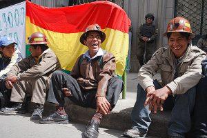 Trotz Protesten (hier: Bergarbeiter in La Paz 2009) geht es vielen Bolivianer*innen besser als zuvor. Präsident Morales kann daher auf hohe Zustimmung zählen. Foto: Flickr/Szymon Kochański (CC BY-NC-ND 2.0)