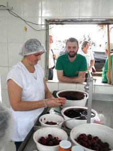Jhony schaut beim Einkochen zu / Foto: Capa