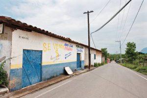 Dutzende Familien sind aus den Gemeinden El Cubo und El Guayabo in die Bezirkshauptstadt San Miguel Totolapan in Guerrero geflüchtet. Grund sind die Auseinandersetzungen zwischen rivalisierenden Banden des Organisierten Verbrechens. Foto: La Jornada/Víctor Camacho