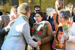 Kommissionsmitglied Margarette May Macaula, zuständig für Frauenrechte mit Berta Zuniga Caceres, Tochter der ermordeten Menschenrechtlerin Berta Cáceres, April 2016 bei einer Protestkundgebung / Foto: Daniel Cima, CIDH, CC BY 2.0