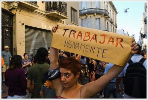 Frau protestiert mit Schild