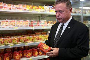 Fleischskandal: Minister Blairo Maggi hilft gleich mal beim Aussortieren
