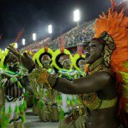 Sambaschule provoziert Agrobusiness beim Karneval in Rio