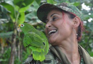 Guerillera mit Papagei