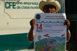 Indigener mit Protestplakat