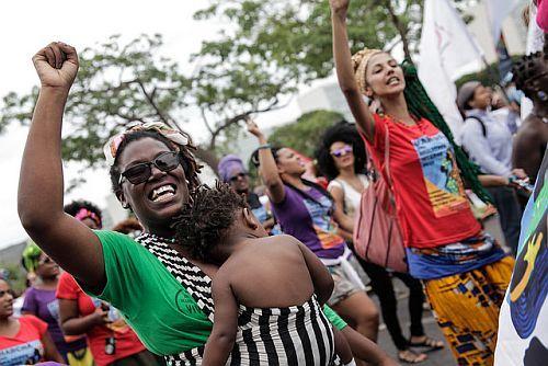 Schwarze Frauen bei Kundgebung
