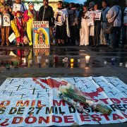 Zu solchen Zahlen sagte Gabriel öffentlich wohl nix. Nach 2 Jahren Movimiento por la Paz con Justicia y Dignidad (Bewegung für den Frieden, Gerechtigkeit und Würde) mahnt ein Plakat: 90.000 Tote und mehr als 27.000 Verschwundene / Foto: Eneas de Troya, CC BY 2.0