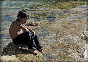 Wahlen? Ein kleiner Junge am Rio Tulija in der Selva Lacandonia hat hier auch so einiges durchzugrübeln/ Foto: Carlos Casas, CC BY-NC-ND 2.0