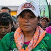 Indigene Marathongewinnerin mit Rock und Sandalen