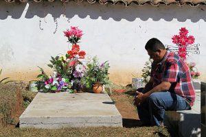 Bruder am Grab von Berta Cáceres, Februar 2017 / Foto: Erika Harzer