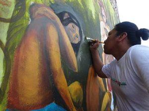 Ein Wandbild in Nauta entsteht. Teil einer ganzen Serie, mit der die Kukama die bittere Geschichte der Kautschuk-Epoche erzählen / Foto: Leonardo Tello