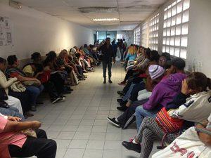 Volles Wartezimmer, mangelnde Versorgung. Eine Krebsklinik in Venezuela. Foto: Wolf-Dieter Vogel