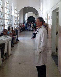 Es mangelt an allem in den medizinischen Einrichtungen, eine schwierige Situation für die gut ausgebildeten Ärzte, wie Dr. Gabriel Romero / Foto: Wolf-Dieter Vogel
