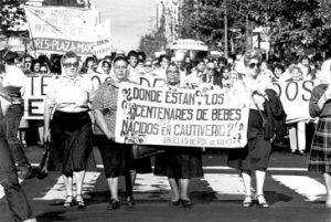 Die Madres und Abuelas suchen bereits seit zwei Generationen nach Verschwundenen in Argentinien. Das Bild stammt aus dem Jahr 1982 / Foto: abuelas.org.ar